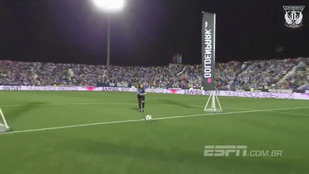 Na Espanha, mulher desbanca marmanjos e vence desafio do gol do meio-campo