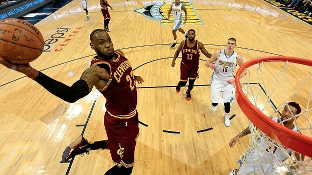 Que jogada! LeBron completa ponte aérea com uma só mão e é destaque no Top 10 da NBA