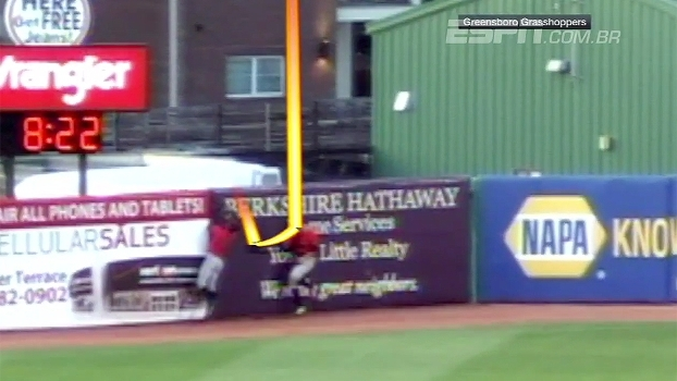 Jogador consegue home run bizarro após adversários se atrapalharem com a bola