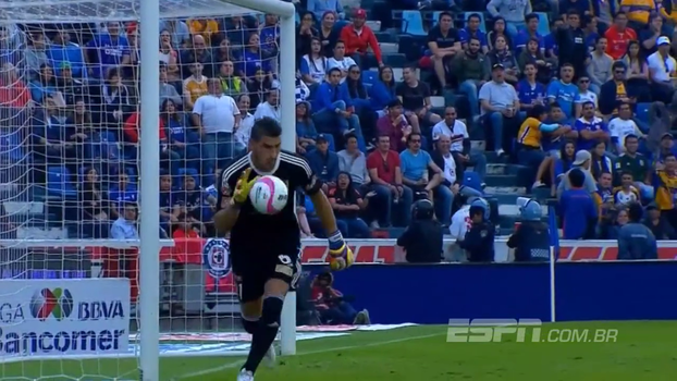 No Campeonato Mexicano, jogador tenta fazer gol do meio campo, mas goleiro mostra habilidade e defende com categoria