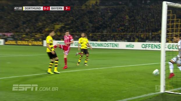 Goleiro do Burussia Dortmund opera milagre em cabeçada à queima-roupa de Lewandowski