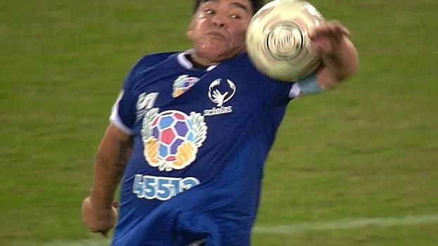 La mano de dios! Maradona mostra que não perdeu 'dom' e domina bola com o braço