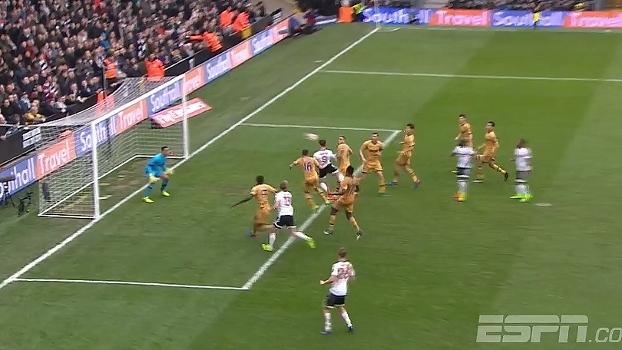 Johansen lavanta a bola na área, Parker desvia de cabeça e Vorm faz boa defesa
