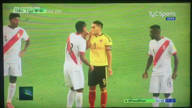 Veja o momento em que Falcão Garcia avisa jogadores do Peru sobre a derrota do Chile