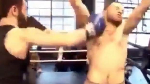 Em evento de MMA, soco após fim de combate provoca briga generalizada dentro do ringue