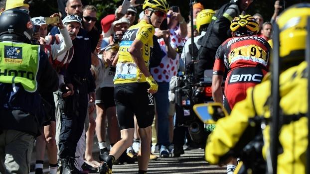 Britânico bate em moto, corre trecho a pé e perde liderança do Tour de France