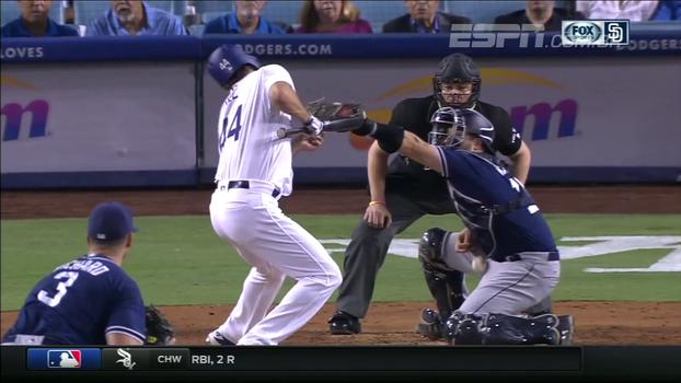 Que azar! Jogador da MLB leva bolada no pescoço mas segue no jogo