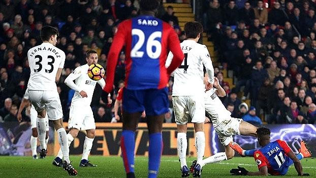 Ex-United anota golaço, mas Crystal Palace cai para o Swansea em casa