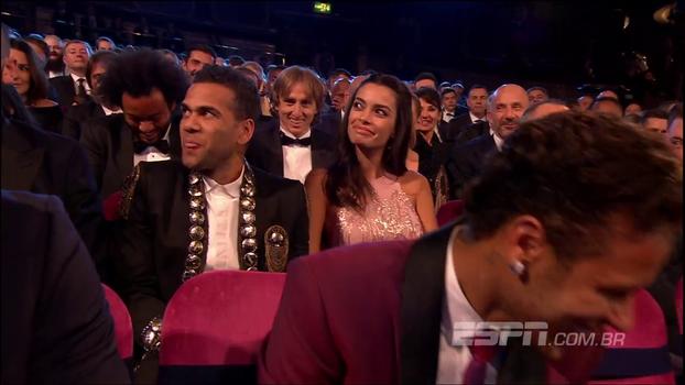 Parecendo um toureiro, Daniel Alves revela quanto tempo demorou para se arrumar e faz Neymar rir