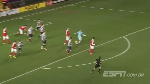 Que furada! Goleiro erra reposição de bola e toma gol, mas é salvo pelo árbitro