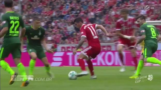 Com drible curto, James Rodríguez entorta adversário em amistoso pelo Bayern