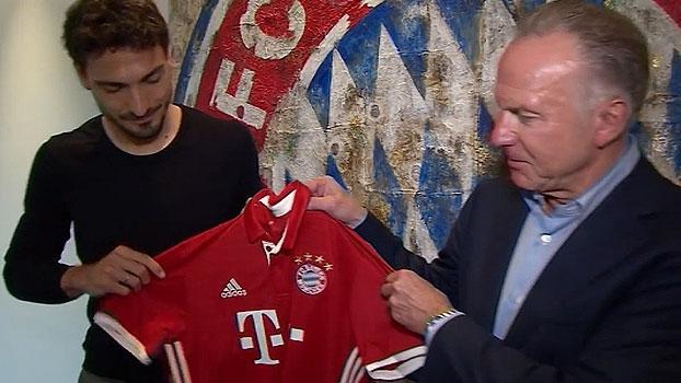 Com 'selfie' no símbolo, Mats Hummels assina contrato com o Bayern de Munique