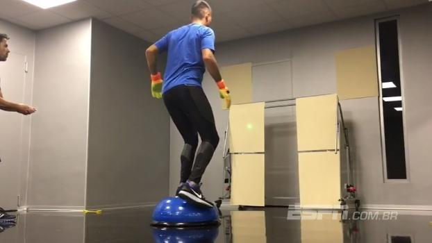 Veja uma sequência de treinos indoor do goleiro Diego Alves, do Valencia