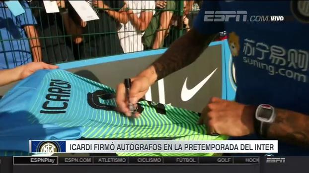 Mauro Icardi dá autógrafos durante pré-temporada da Internazionale