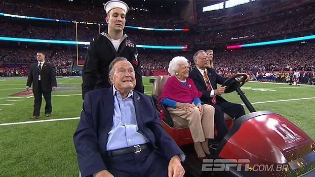 Ex-presidente dos Estados Unidos, George H. W. Bush tira 'cara ou coroa' do Super Bowl LI