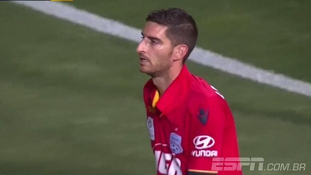 Novo Oséas? No Campeonato Australiano, zagueiro tenta tirar e marca gol contra