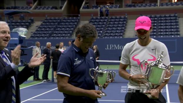 No último Grand Slam de 'tio Toni', Nadal presenteia seu treinador com troféu no US Open