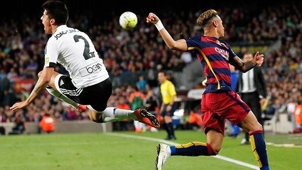 Discussão com Jordi Alba, faltas recebidas e confusão: veja as reações de Neymar contra o Valencia