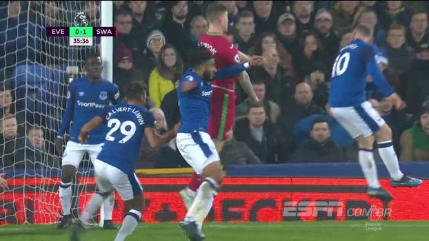 Com pênalti polêmico e boa atuação de Rooney, Everton vence o lanterna Swansea