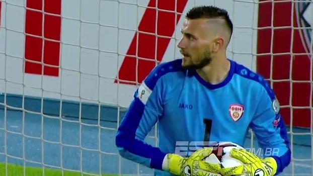 Isco invade a área e chuta firme, mas bola vai no meio do gol e fica com Dimitrievski