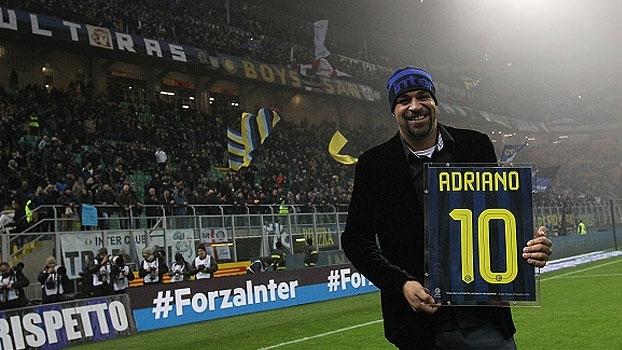 No Giuseppe Meazza, Adriano é homenageado pela Internazionale