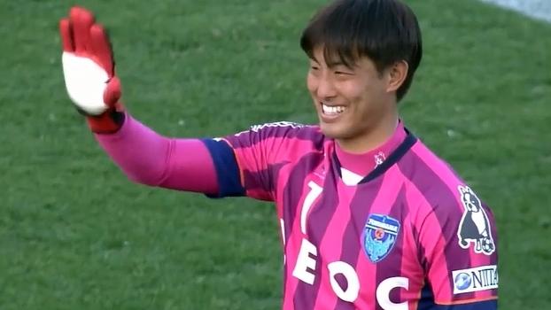 Na 2ª divisão japonesa, goleiro comete falha ridícula e sai dando risado; veja