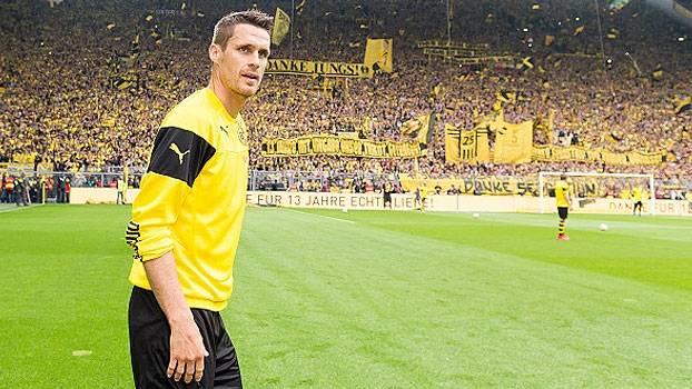 Emocionado, Sebastian Kehl é substituído no final da partida e se despede da torcida do Borussia Dortmund