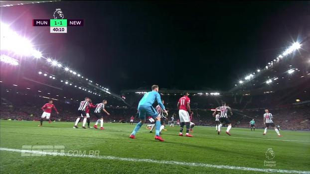 Tempo real: QUASE! Zagueiro do Newcastle tenta afastar e quase faz contra