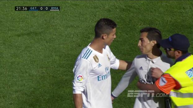 Vestido a caráter, fã de Cristiano Ronaldo invade o gramado e dá abraço no craque