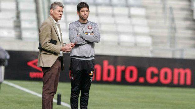 68fde191e6 Autuori conversa com o treinador Fabiano Soares. Ambos deixam o Furacão no  fim desta temporada