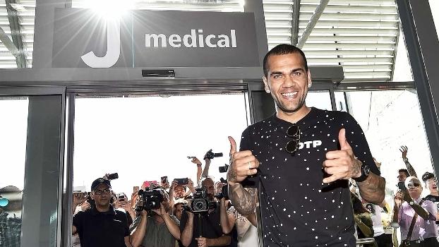Dani Alves chega à Turim, passa por exames e assina com a Juve