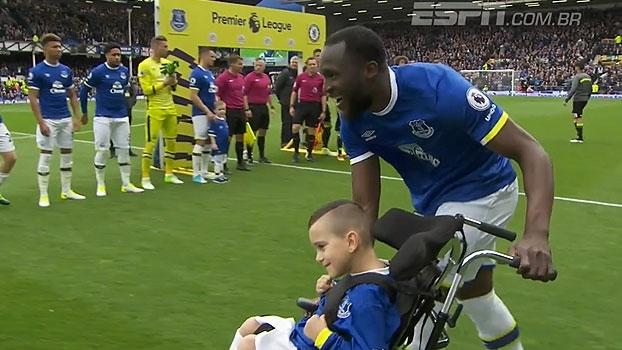 Lukaku entra em campo diante do Chelsea acompanhado de criança com necessidades especiais