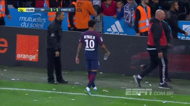 Clima de Libertadores: em clássico francês, torcedores jogam copo, camisa e até sanduíche em Neymar