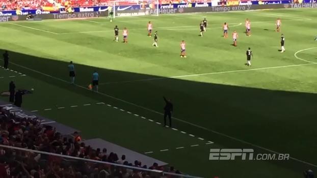 Maestro Simeone! Veja como o vibrante treinador argentino orquestra a torcida do Atlético de Madrid no fim do jogo