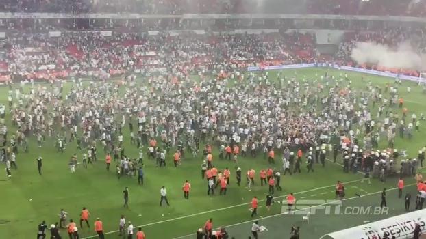 Torcedores do Besiktas não aceitam derrota na Supercopa da Turquia e protagonizam invasão de campo impressionante