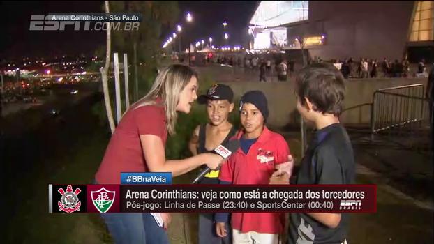 Gabi Moreira entrevista jovens corintianos de comunidade do lado de fora da Arena e Mauro lamenta exclusão: 'Ninguém se preocupa'