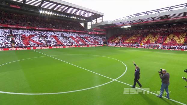 Que homenagem! 'O Rei' Kenny Dalglish ganha seu nome em arquibancada e mosaico no Liverpool