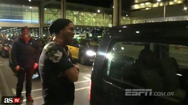 Parado na esquina! Ronaldinho quase é deixado para trás por motorista de táxi