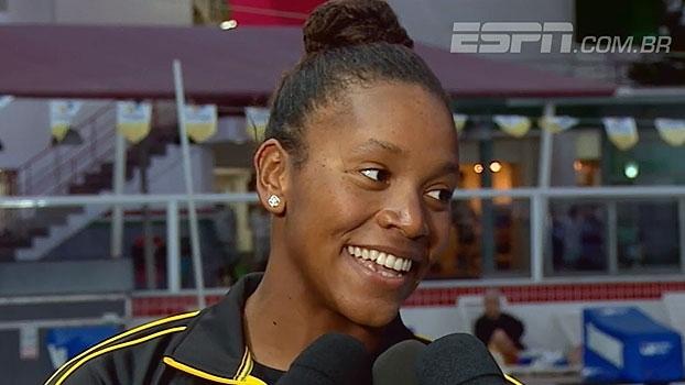 Recordista mundial jamaicana treina em piscina de condomínio no Rio e é fã de videogames