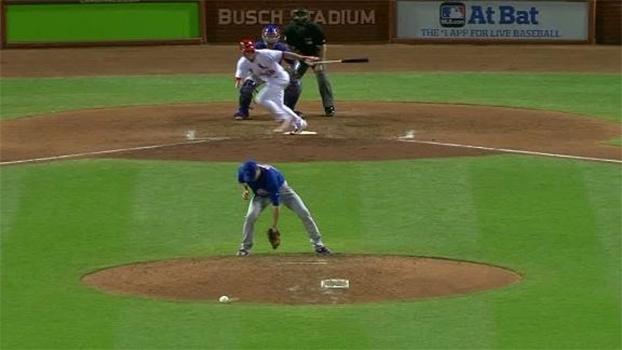 De costas e com estilo! Arremessador dos Cubs faz bela defesa em jogo contra os Cardinals