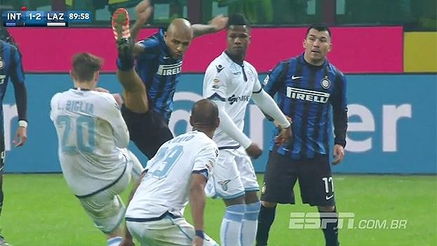 Lamentável! Felipe Melo dá 'solada' no ombro de jogador da Lazio e ...