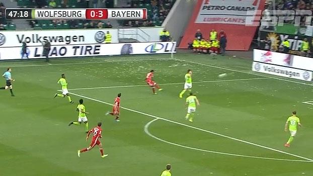 Tempo real: NO TRAVESSÃO! Alaba arranca pela esquerda, enche o pé e acerta a trave do Wolfsburg