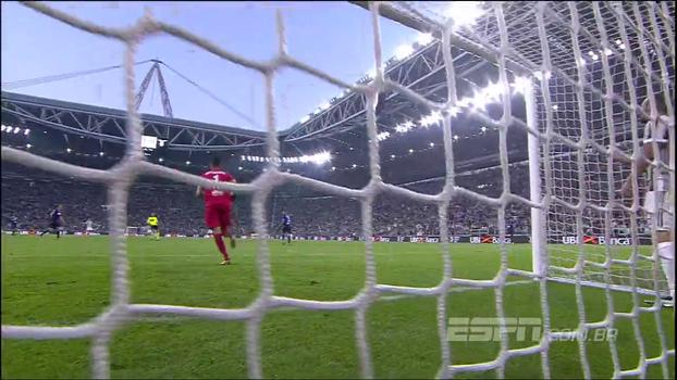 Inacreditável! Higuaín pressiona e goleiro da Lazio conta com a sorte de cara com o atacante