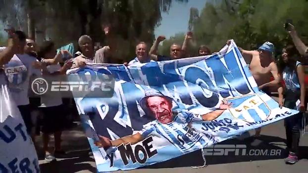 Antes de partida contra o River, torcida do Tucuman faz festa com bela bandeira do Seu Madruga