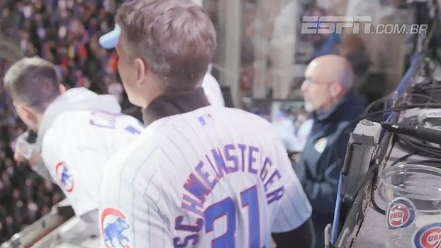 Schweinsteiger aparece em jogo dos Cubs, canta com torcida e dá uma de jogador de beisebol