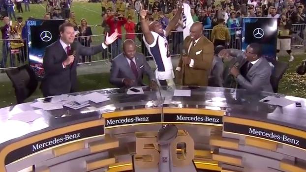 Aqib Talib exagera na empolgação e leva tombo na bancada do Super Bowl 50