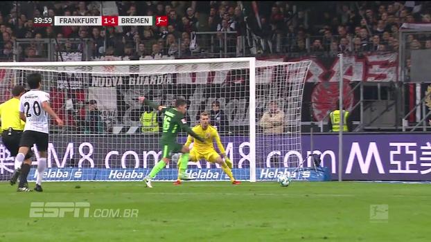 Fechou o gol! Goleiro do Eintracht Frankfurt faz defesas inacreditáveis e garante vitória contra o Werder