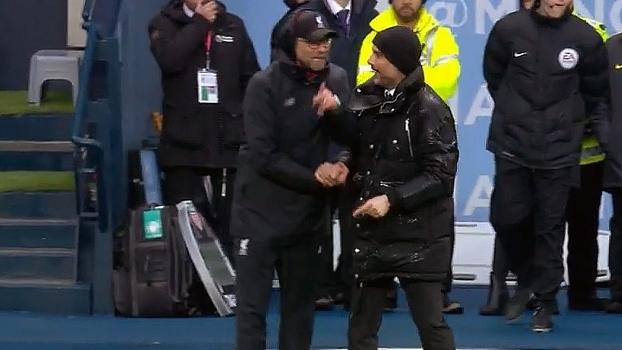 Toca aqui! Com duelo rolando em campo, Klopp e Guardiola mostram clima de amizade