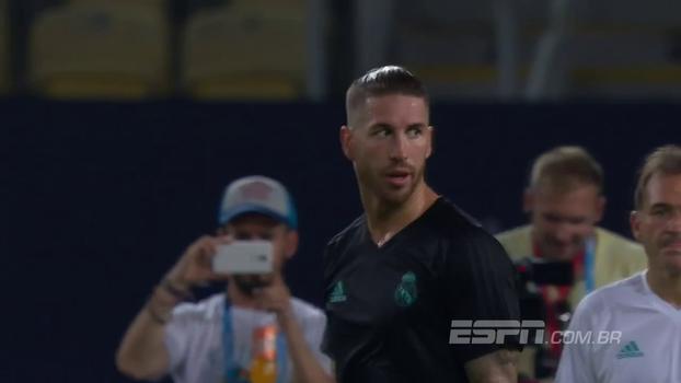 Que furada! No treino, Sergio Ramos calcula mal o tempo da bola e não consegue finalizar