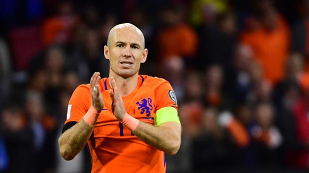 Despedida da seleção: Robben se mata em campo, faz dois e recebe reverências da torcida holandesa